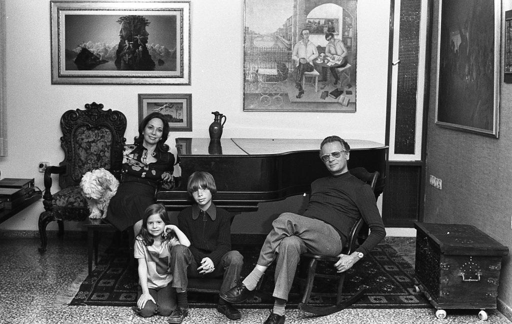 אפרים, שרה, עמיר ורננה קישון | יעל רוזן | צילום אנלוגי, הדפס דיגיטלי | 1975